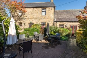 Plough Inn hotel B&B Hathersage Derbyshire courtyard